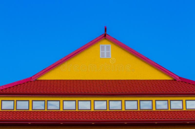 Tejado rojo y amarillo imagenes de archivo