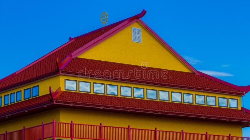 Tejado rojo y amarillo imagen de archivo