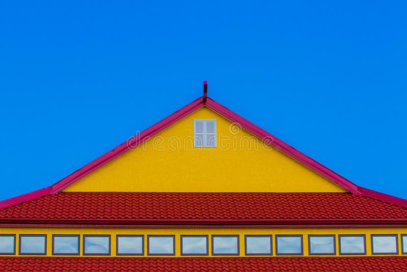 Tejado rojo y amarillo fotos de archivo
