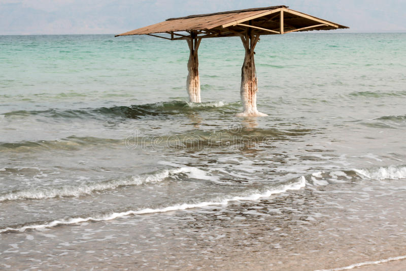 Tejado sobre el mar muerto fotografía de archivo libre de regalías
