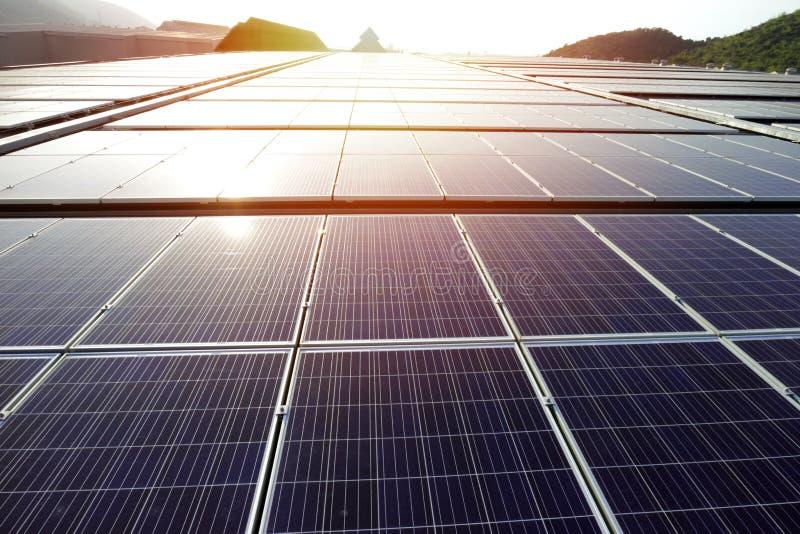 Tejado solar del picovoltio en la puesta del sol imagenes de archivo