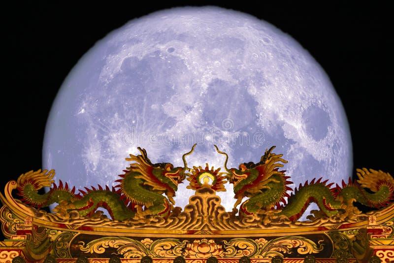 tejado superior trasero de la puerta de la luna estupenda de la nieve del cielo nocturno del dragón fotos de archivo libres de regalías