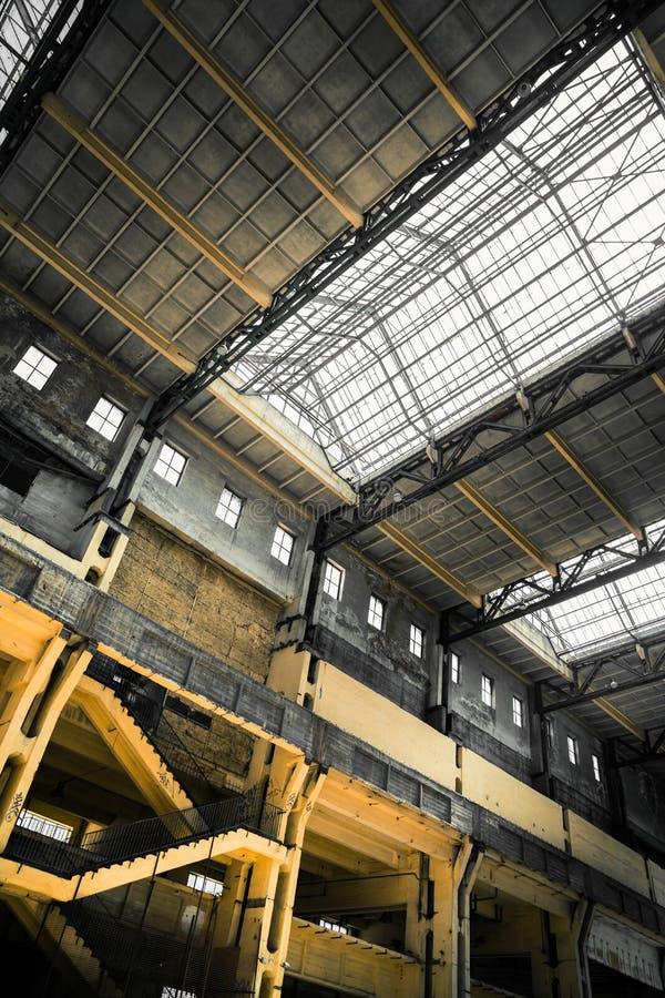 Tejado vacío viejo y escalera del edificio industrial imagenes de archivo