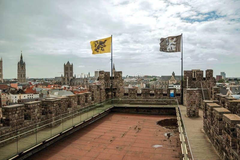 Tejado y barandilla del castillo de Gravensteen que pasan por alto los edificios de Gante imágenes de archivo libres de regalías