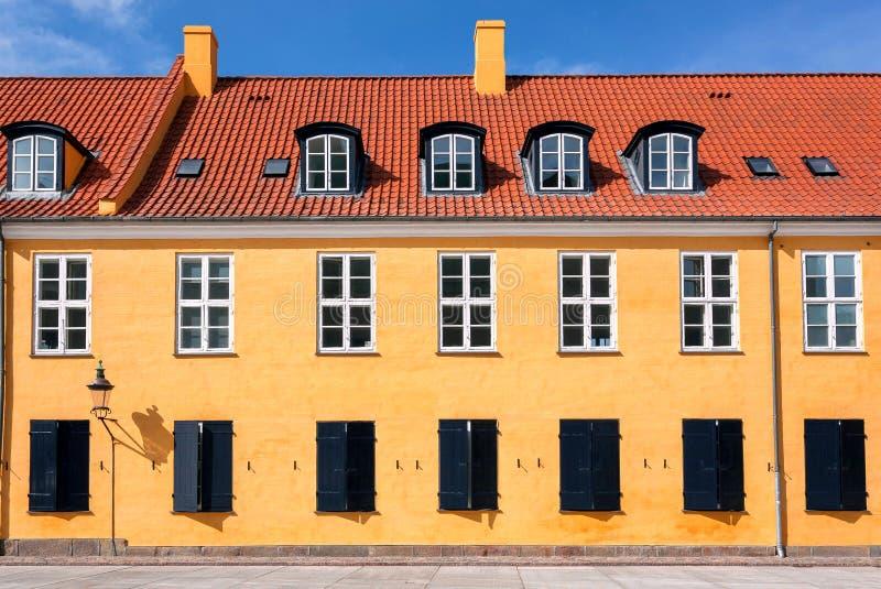 Tejado y fachada coloridos del edificio viejo en estilo tradicional en Copenhague, Dinamarca Fondo histórico de la ciudad fotografía de archivo libre de regalías