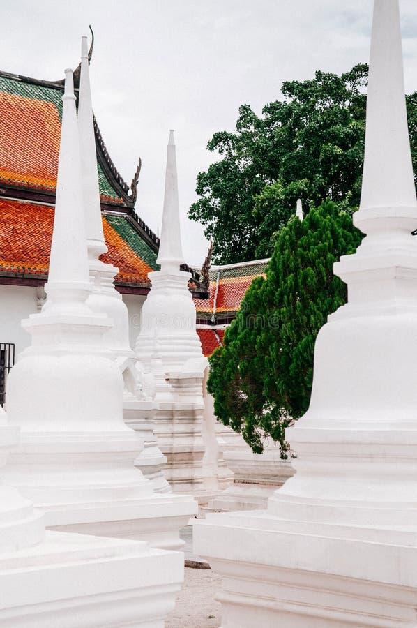Tejado y pagoda coloridos de Wat Phra Mahathat Nakhon Si Thammar fotos de archivo libres de regalías