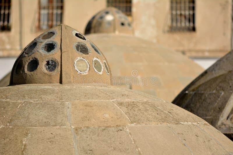 Tejados antiguos redondos de baños públicos en Baku Old City, dentro de la capital de Azerbaijan imagenes de archivo