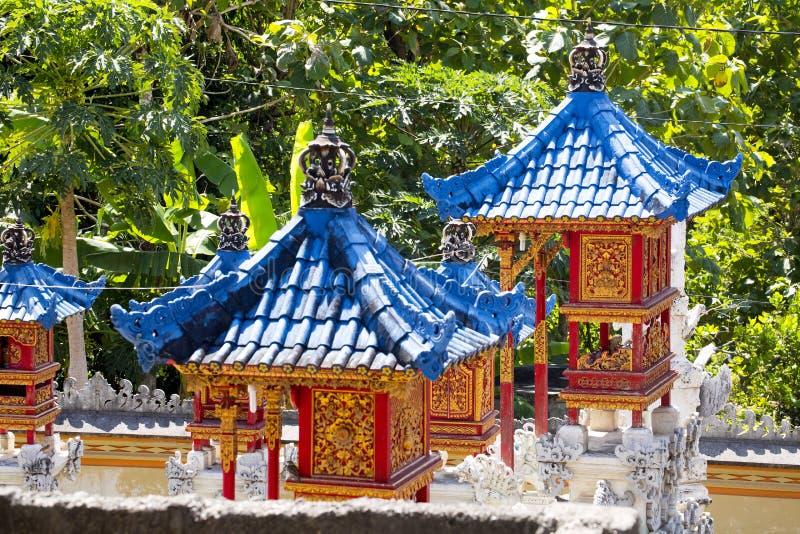 Tejados azules de las buenas bebidas espirituosas de las casas, Nusa Penida, Indonesia fotos de archivo