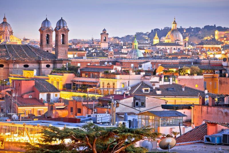 Tejados coloridos de la ciudad eterna de Roma en la opinión de la oscuridad fotos de archivo