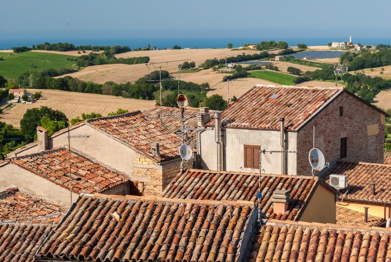 Tejados de casas antiguas en la ciudad de Mondolfo, cerca de Pesaro Marche, Italia foto de archivo