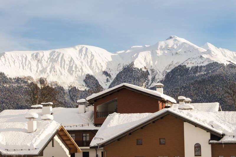 Tejados de casas en la nieve imagen de archivo