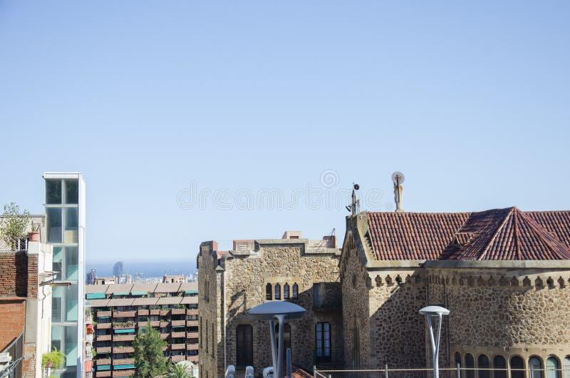 Tejados de la calle estrecha vieja de la ciudad europea Barcelona, España fotos de archivo