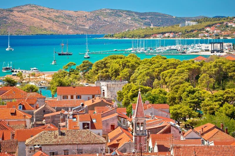 Tejados de la ciudad de Trogir y archipiélago viejos de la turquesa imágenes de archivo libres de regalías