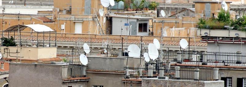 Tejados de la metrópoli con las porciones de antenas y de antena imagen de archivo