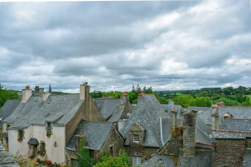 Tejados de las casas viejas en Rochefort-en-Terre, Bretaña francesa fotografía de archivo