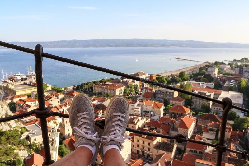 Tejados de Omis, Croacia, con el mar en fondo imagen de archivo libre de regalías