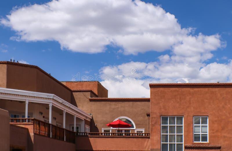 Tejados de Santa Fe New Mexico Looking a través de la calle en del tejado para stucco edificios con balcones y un rojo brillante  foto de archivo libre de regalías