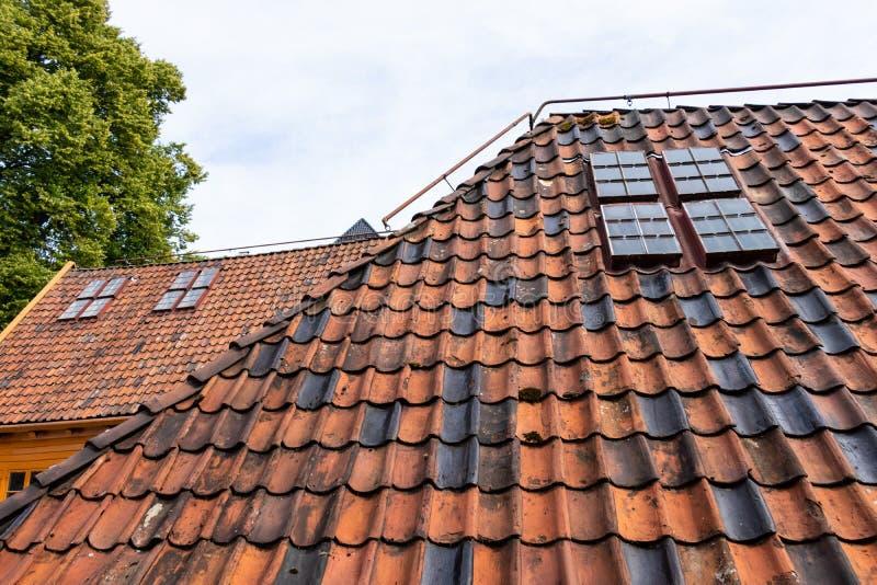 Tejados de teja roja viejos con pequeñas ventanas imagenes de archivo