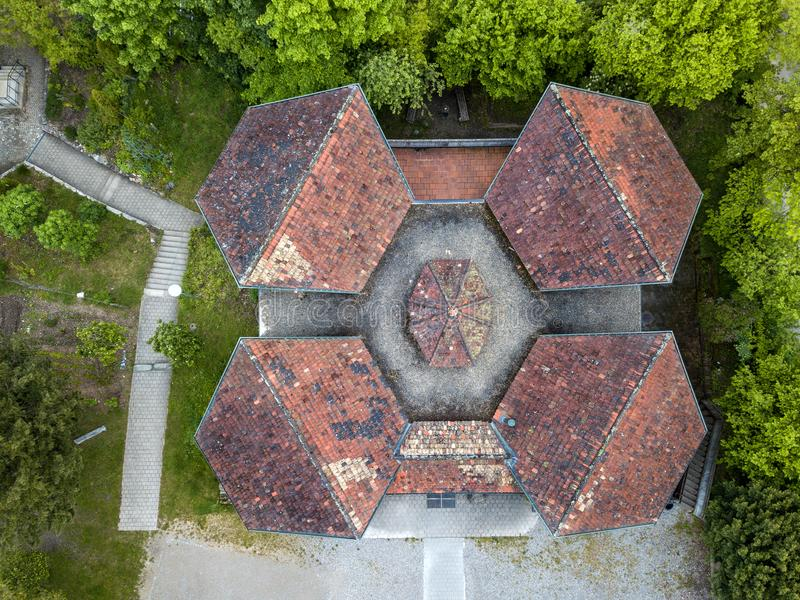 Tejados de una casa de la escuela vieja con diseño simétrico imagen de archivo