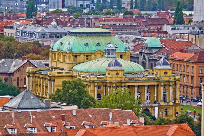 Tejados de Zagreb y teatro nacional croata imagen de archivo