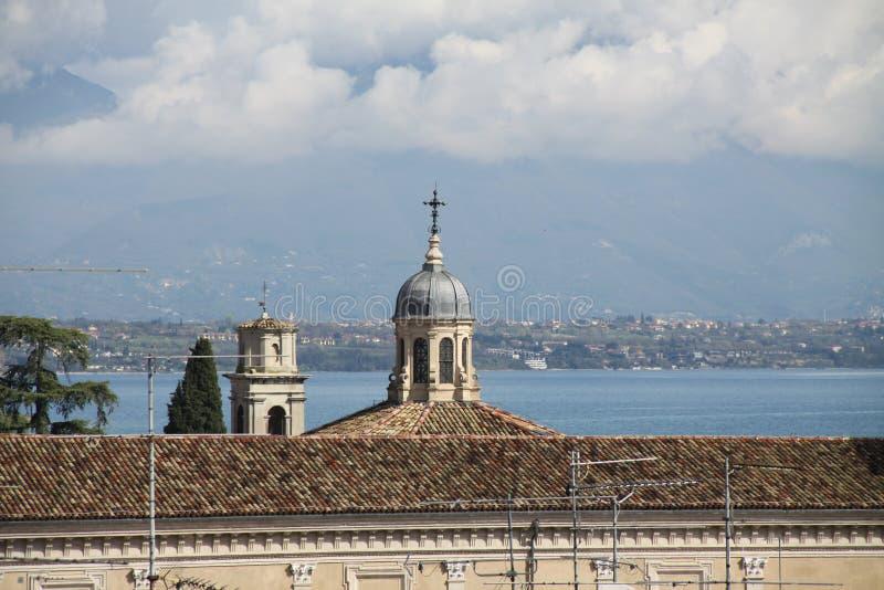 Tejados del lago Garda y de Desenzano foto de archivo libre de regalías