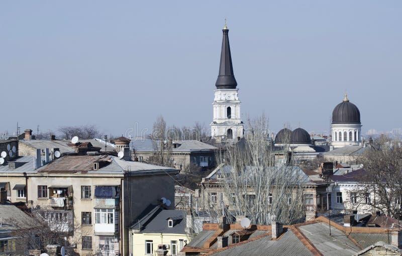 Tejados del viejo centro de ciudad de Odessa con la catedral cristiana imagenes de archivo