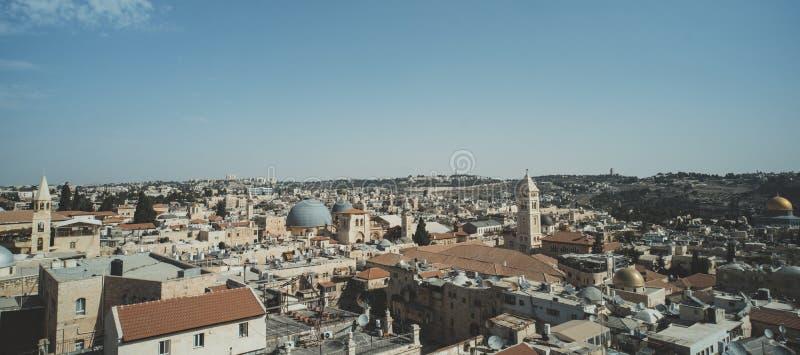 Tejados, edificios, bóveda de la iglesia de Santo Sepulcro y altos alminares en la vieja parte de Jerusalén, Israel Vista aérea d fotos de archivo libres de regalías