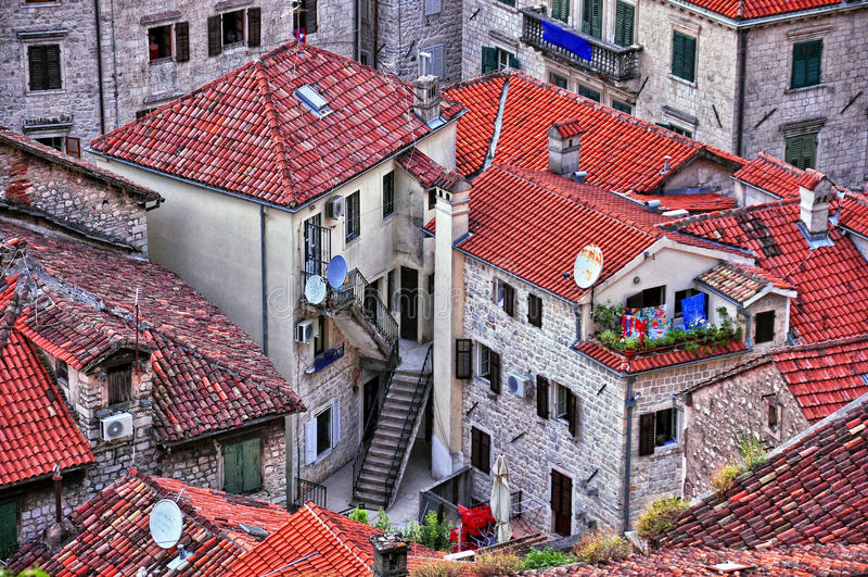 Tejados en la ciudad vieja de Kotor imagenes de archivo