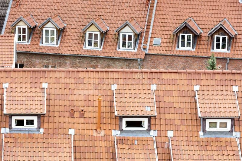 Tejados renovados de casas de entramado de madera fotos de archivo
