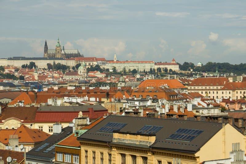 Tejados rojos en Praga imagenes de archivo