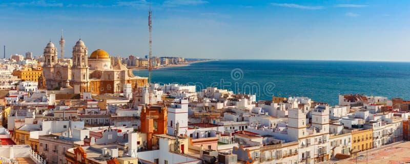 Tejados y catedral en Cádiz, Andalucía, España foto de archivo