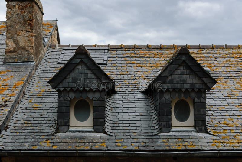 Tejados y ventanas típicos del interior de Mont Saint Michel francia fotos de archivo