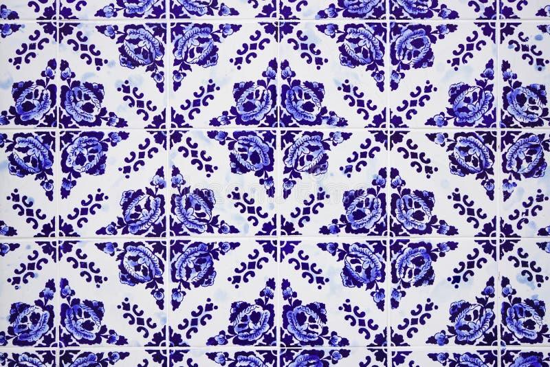 Tejas azules de cerámica portuguesas tradicionales magníficas con el estampado de flores Tejas esmaltadas vintage textura y fondo fotografía de archivo