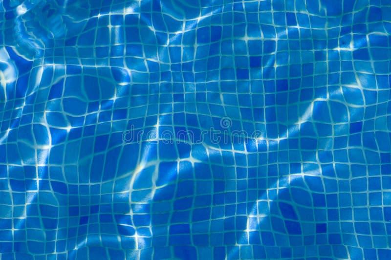 Tejas azules en una piscina fotos de archivo libres de regalías