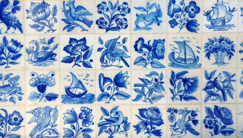 Tejas azules típicas en Portugal foto de archivo
