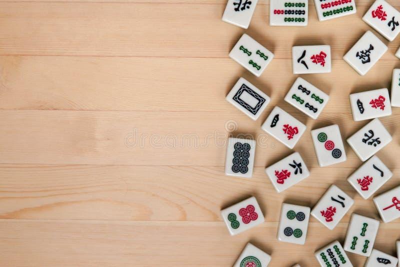 tejas Blanco-verdes para el mahjong en un fondo de madera marrón espacio vacío a la izquierda fotografía de archivo libre de regalías