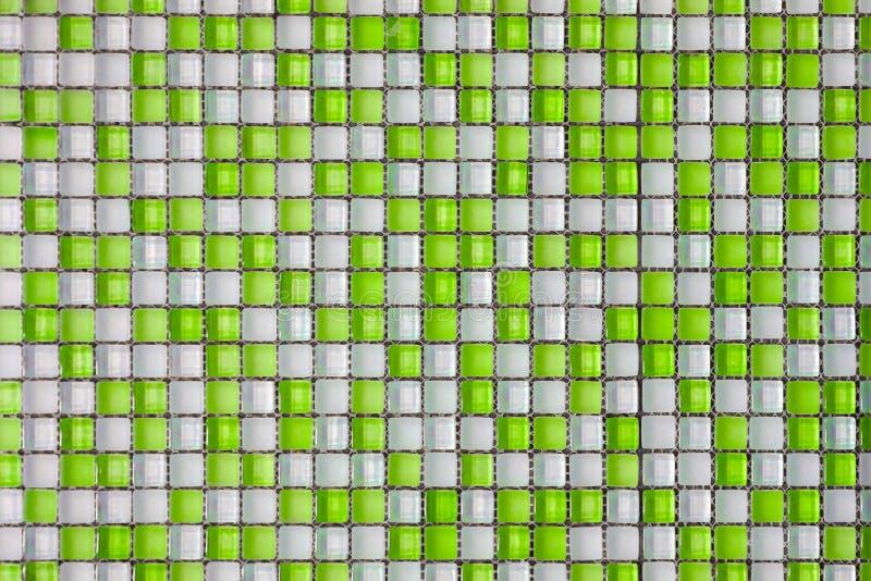 Tejas coloreadas verdes y blancas del fondo del mosaico fotografía de archivo libre de regalías