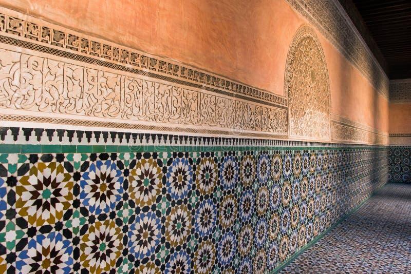 Tejas coloridas en Ben Youssef Madrasa foto de archivo