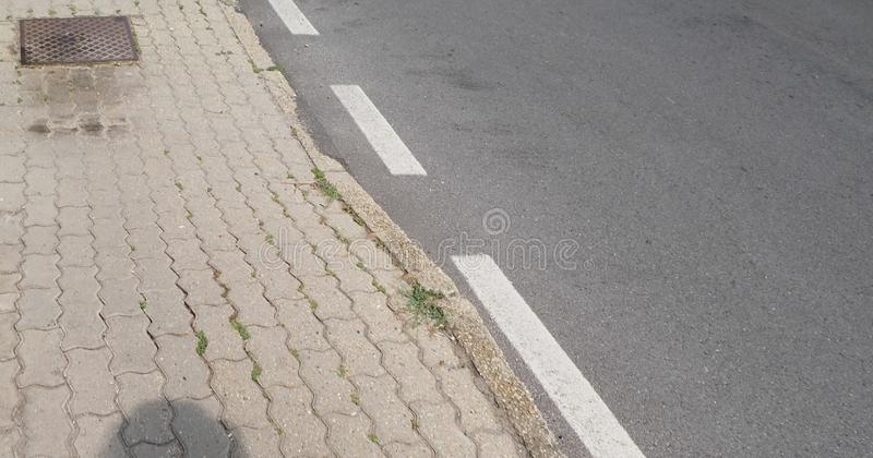 tejas concretas del pavimento y fondo de la pista de despeque de la calle imagen de archivo
