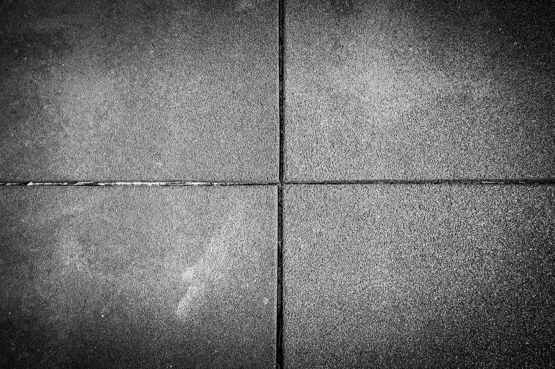 Tejas cuadradas del pavimento en el hormigón de piedra fotos de archivo libres de regalías