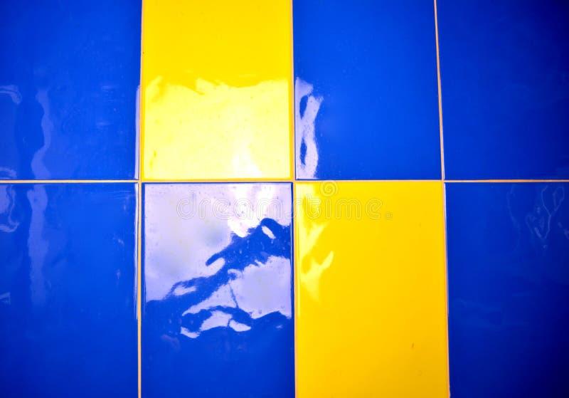 tejas de acrílico azules y amarillas en el baño foto de archivo