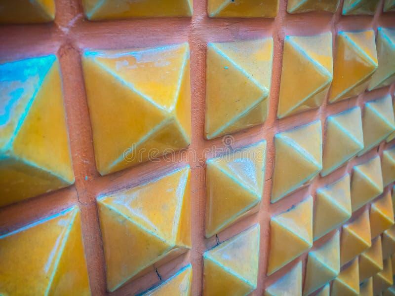Tejas de cerámica abstractas de la pared en la forma del fondo de la pirámide fotografía de archivo