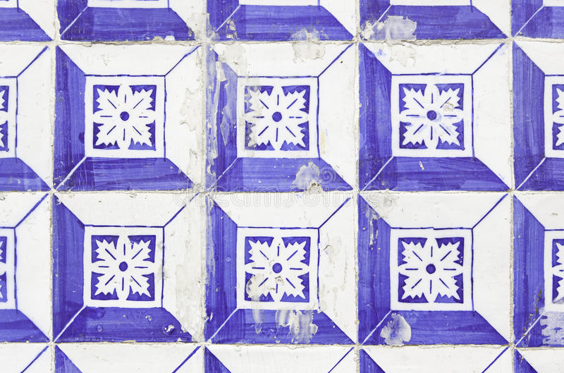 Tejas de la pared con Lisboa vieja típica foto de archivo
