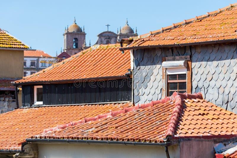 Tejas de tejados viejas de la arcilla roja en la ciudad de Oporto en Portugal fotografía de archivo libre de regalías