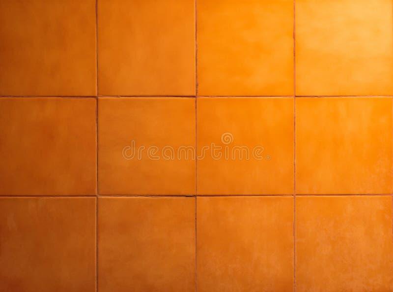 Tejas del cuarto de baño con el fondo anaranjado Superficie de la pared y del piso foto de archivo