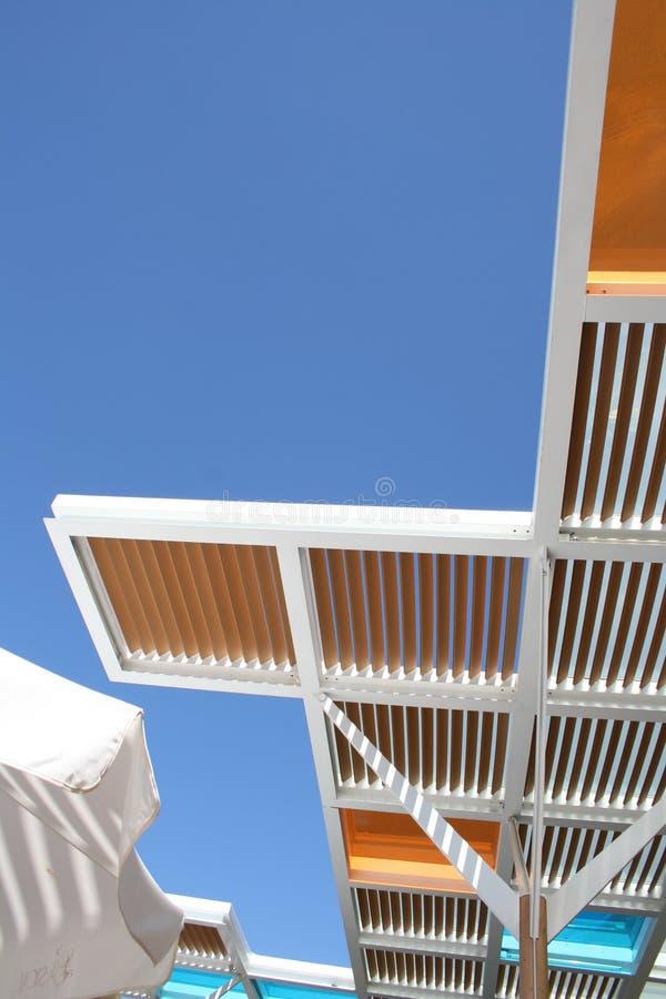 Tejas del techo contra los cielos azules fotografía de archivo