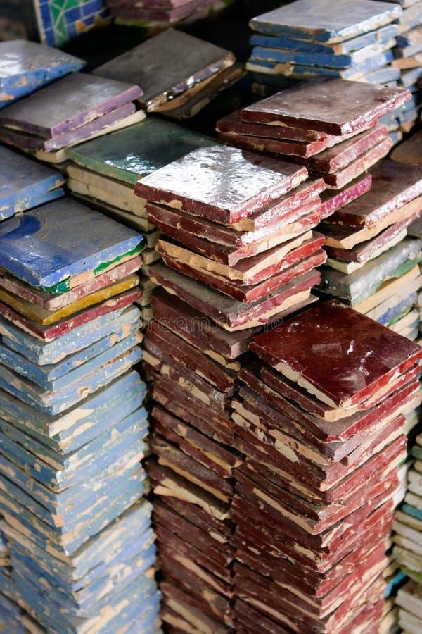 Tejas handcrafted coloreadas en Fes, Marruecos fotos de archivo