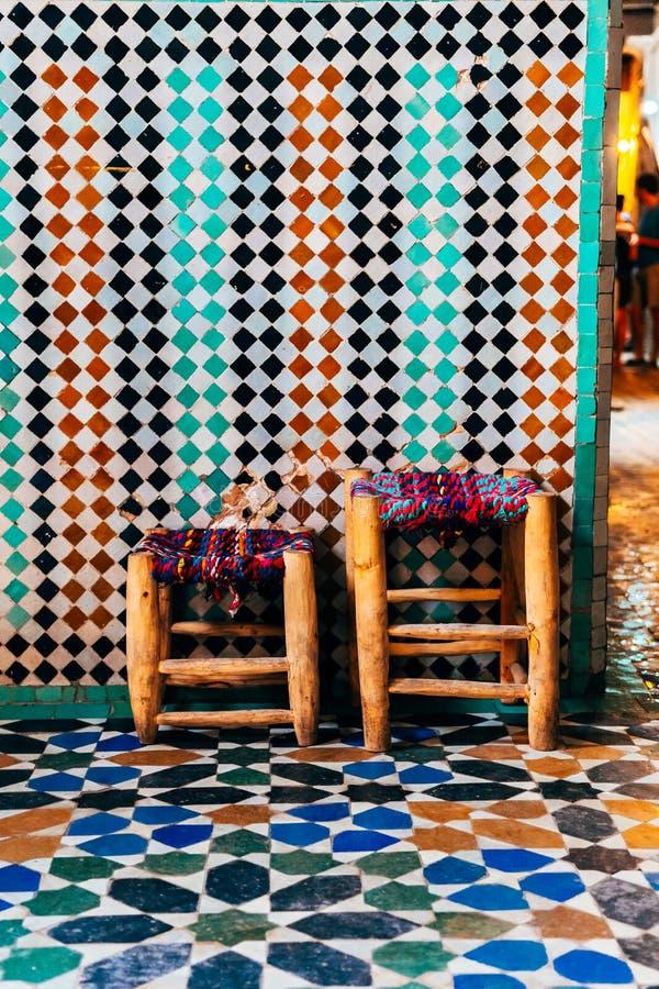 Tejas ornamentales coloridas en el patio marroquí imagen de archivo