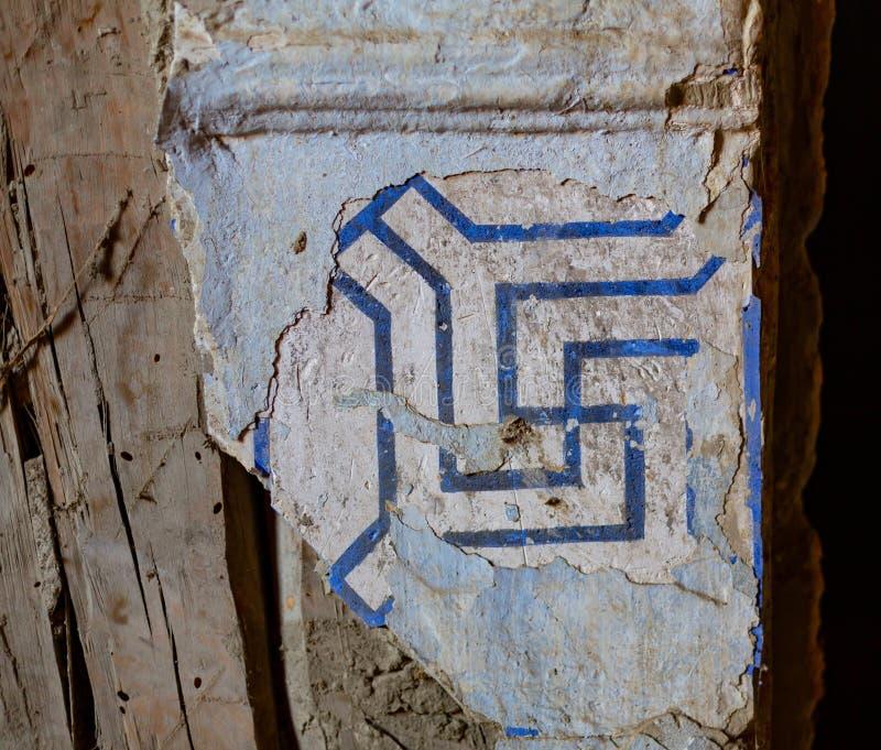 Tejas ornamentales coloridas en la cruz gamada marroquí del patio fotografía de archivo