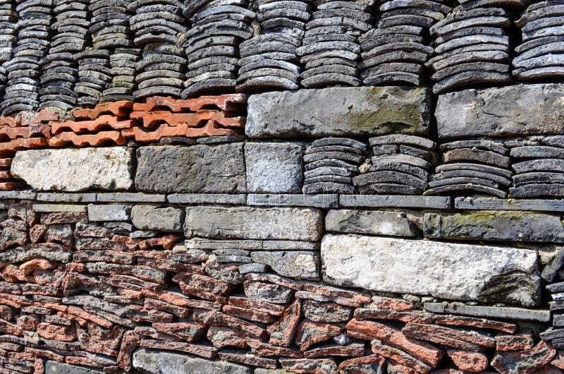 Tejas viejas, piedra reciclada, y ladrillos en la pared del museo de Ningbo fotografía de archivo libre de regalías